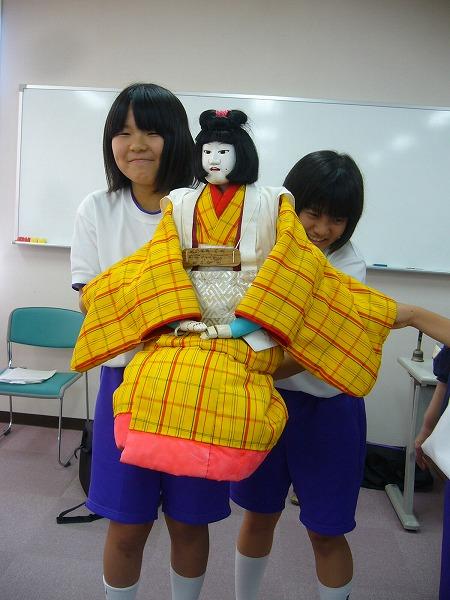 中学生と人形縦
