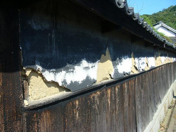 横の家の塀(粟島)