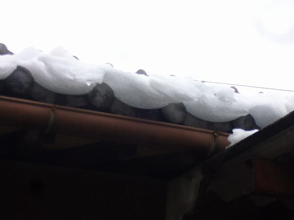 北側の屋根に残っている雪 26.2.10