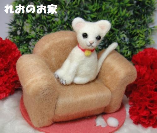 白猫ソファ2