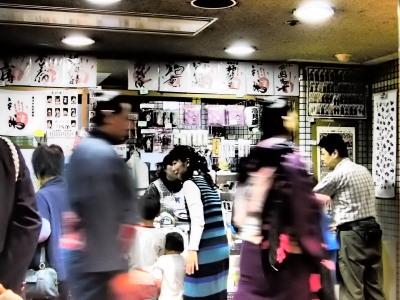 力士の進む1メートルほど先に関係者以外立入禁止の扉。売店も楽し~い!