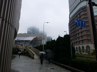 雨に煙る阪神梅田駅前