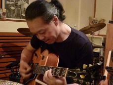 ホストg村山義光氏がセッション参加者のかたのギターを拝借
