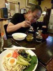 喫茶【バビロン】特別定食(1ドリンク付500円)を食べるg村山義光氏。冷やし中華300円。