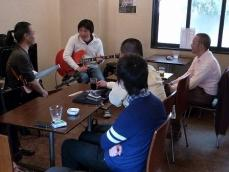 g村山義光講師とギター受講者