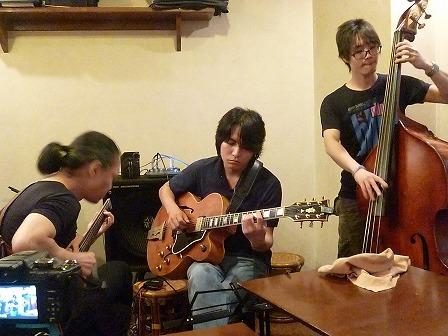 g村山義光講師とギター受講者ギター受講者
