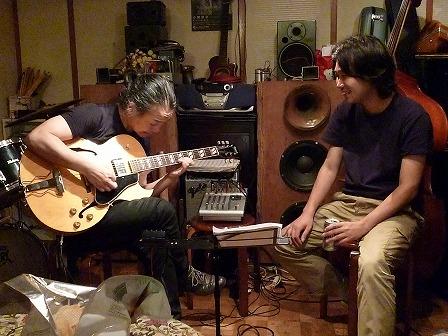 馬場さんのギターを弾くg村山義光氏とトラベルギターを弾くg馬場孝喜さん