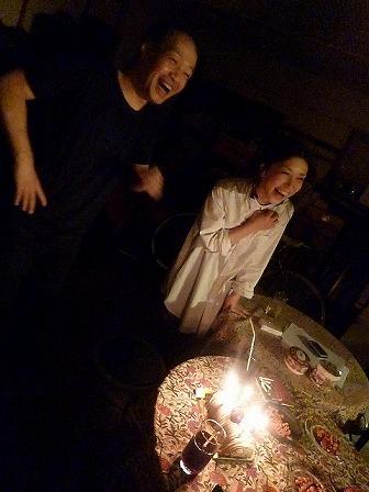 vo播摩有紀さんg村山義光氏バースデイケーキをかこむ