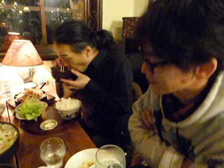 g村山義光氏はホルモン焼き定食。白川さんはロコモコ丼