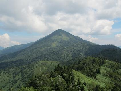 稜線上から眺める岩菅山