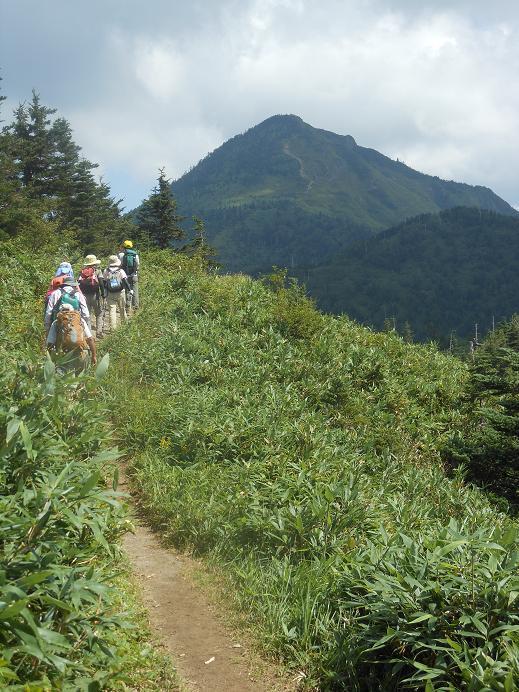 正面の岩菅山を目指す