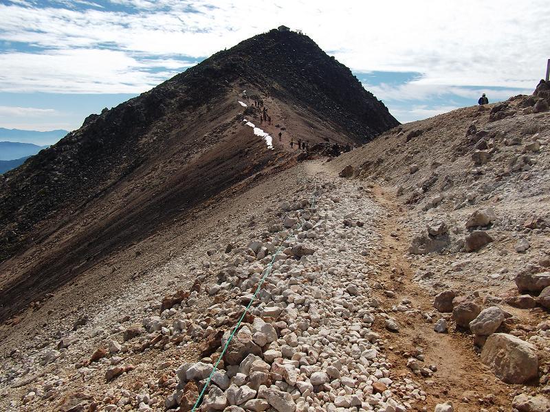 前方が乗鞍岳山頂