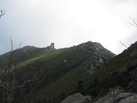 稜線の南側が断崖となった千代の吹上と金峰山