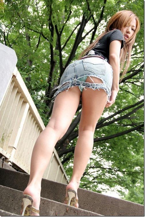 【ミニスカ絶対領域エロ画像】パンツが見えてなくても抜けそうなミニスカートのお姉さん画像(50枚)04-s