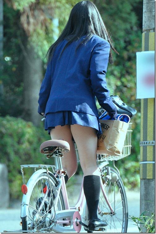 【ミニスカ絶対領域エロ画像】パンツが見えてなくても抜けそうなミニスカートのお姉さん画像(50枚)20-s