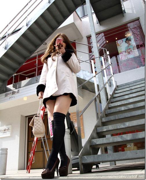 【ミニスカ絶対領域エロ画像】パンツが見えてなくても抜けそうなミニスカートのお姉さん画像(50枚)23-s