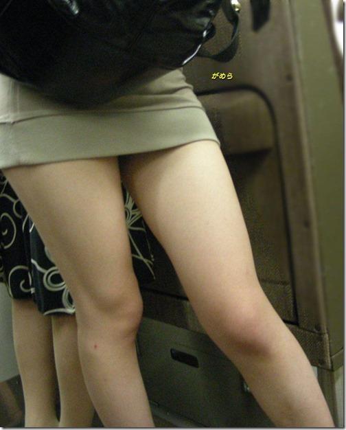 【ミニスカ絶対領域エロ画像】パンツが見えてなくても抜けそうなミニスカートのお姉さん画像(50枚)37-s