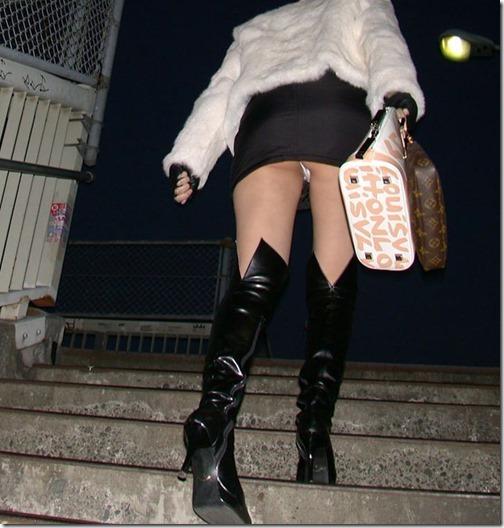 【ミニスカ絶対領域エロ画像】パンツが見えてなくても抜けそうなミニスカートのお姉さん画像(50枚)50-s