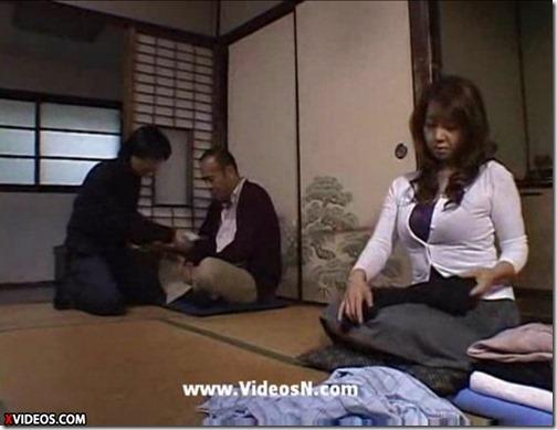 【人妻NTRエロ動画】夫に売られ、夫の友人に躯を見聞される人妻02夫に金を渡し夫の嫁を抱こうとする友人