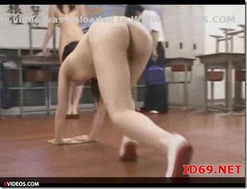 ハイスクールララバイ(裸裸バイ):女は生徒も先生も全裸で雑巾掛けエロ動画♪02生徒に雑巾掛けをやらせる向こうに行く時がエロい
