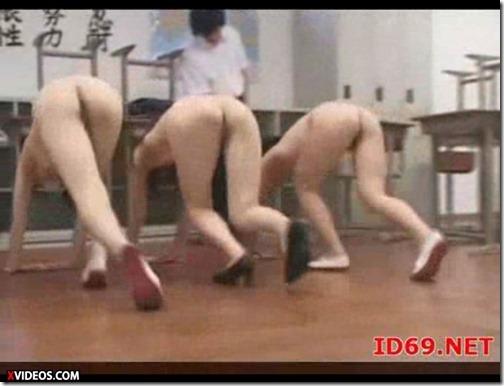ハイスクールララバイ(裸裸バイ):女は生徒も先生も全裸で雑巾掛けエロ動画♪03みんな一緒に全裸雑巾掛け