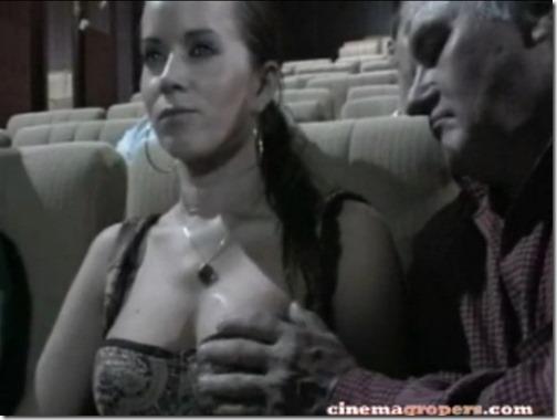 【海外の痴漢事情;映画館編】触られても毅然とした爆乳美女『私のおっぱい凄い?』03隣の席に移ってきたジジイが触り始める