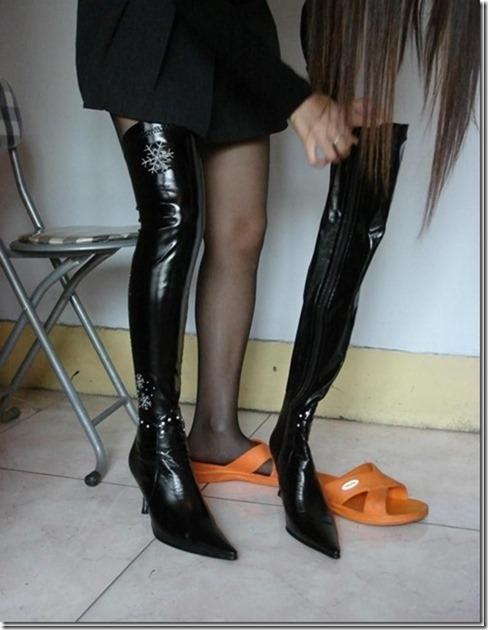 【蜜のしたたり】様の記事、『ブーツを履いたお姉さんの美脚で秋~冬はオナネタにしようかw』の画像を参照しています。