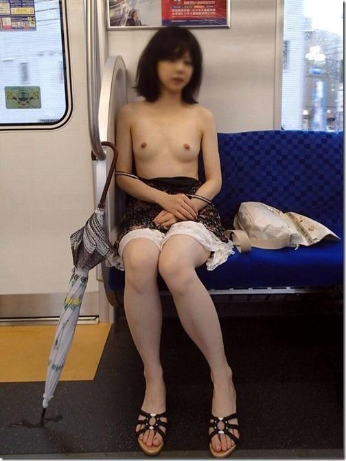 【混浴・野外露出画像DX様】の、記事『女性が電車で裸になっている野外露出画像』を参照しています。