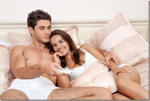 【エロ画像・夫婦生活夫婦の寝室:北米版】右の乳首を愛撫されたら左の乳首を差し出すおしどり夫婦09