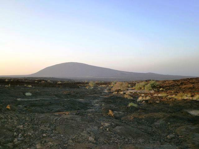 遠くにエルタアレ火山が見えてきました。ここで仮眠をとり、夜中に登山を開始します。