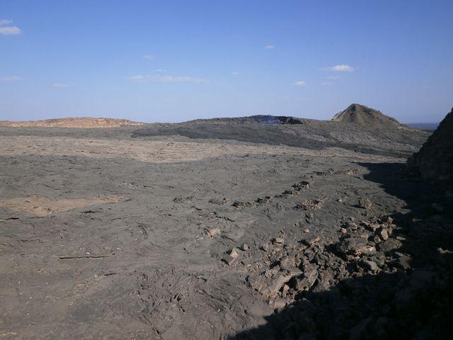 朝、エルタアレ火山山頂に到着。噴火口の様子。