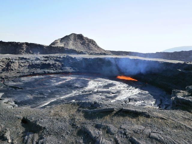 ご覧下さい!エルタアレ火山噴火口で、マグマが噴出しています。その音と熱、匂いは現地で体験してください。言葉では言い表せない迫力です。