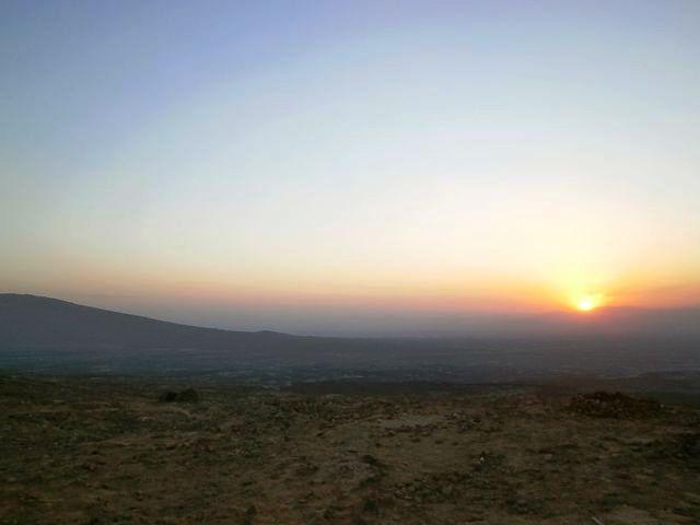 エルタアレ火山での夕日。この後、暗くなるにつれ激しい火山活動の見学が始まります。