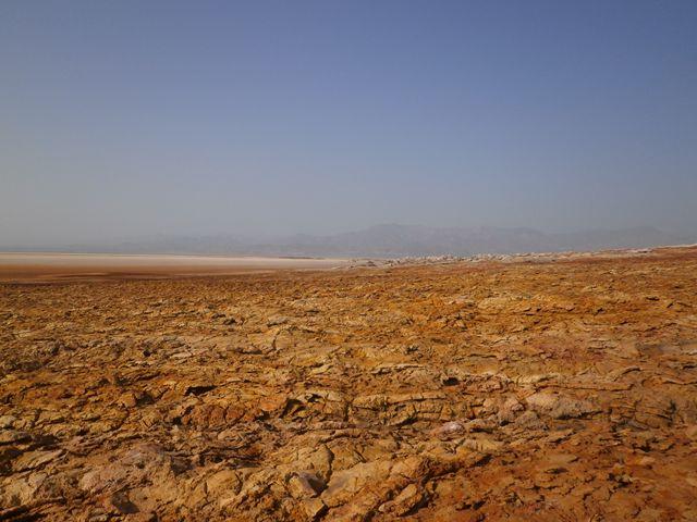 ダロール地溝帯 ここは海抜マイナス120mです。アフリカの地溝帯の活動がまさに実感できるところです。まずは、真っ赤な大地が広がります。