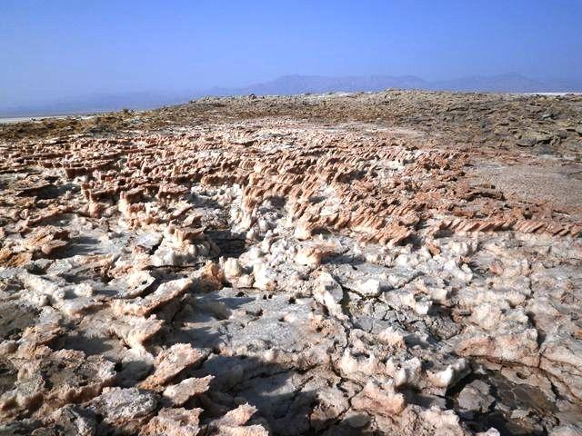 すこし上ると赤色から白色へとどんどん変化し、塩や鉱物によって形成された不思議な結晶や硫黄の景観が見られます。