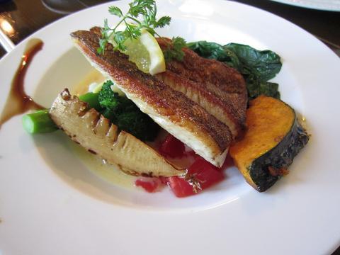 鮮魚のポワレ ブールブランソース