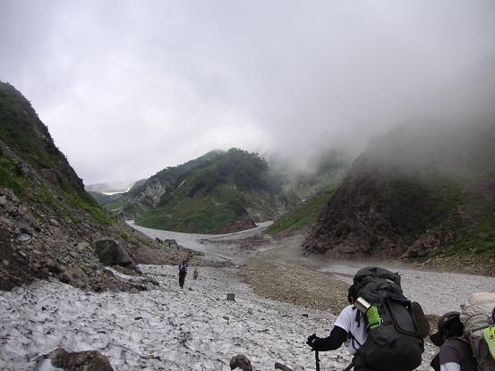 雪渓を行く①