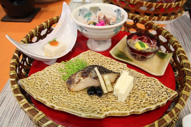 焼き魚、ごま豆腐など