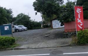 駐車場ははす向かいに4台分あり