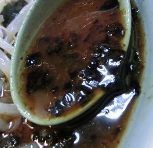 スープと浮かぶ揚げネギ、玉ねぎ