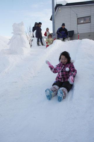 20130121吉井昭一さんが自作の雪像と滑り台を作成
