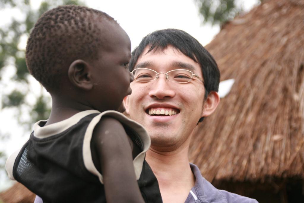 鬼丸自ら名前をつけた「まさや」くんと一緒に(ウガンダ_2010年)