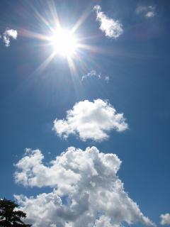 ギラギラの太陽、モコモコの雲