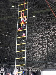 小牧基地航空祭 2012 縄はしご登り