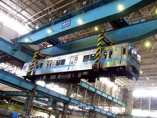 電車車両の吊り上げ実演