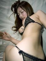 乳首を立てたふくよかな美巨乳おっぱい露わにして淫らに感じるオンナ