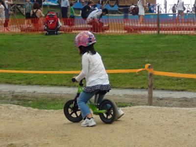 マウンテンバイクに乗る第一子