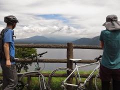 本栖湖を半周したところで一旦休憩。ココにも雲間から富士山が・・・