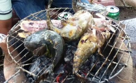 焼き上がったカマウ(魚)と蝦蛄