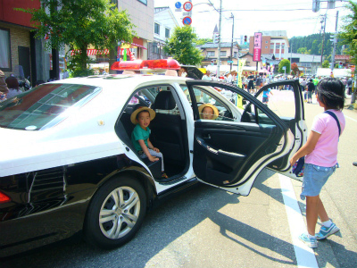 H240527第17回獅子舞共演会パトカー乗車体験